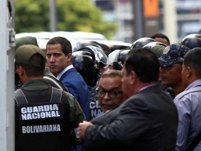 Un diputado opositor disidente se juramenta como nuevo presidente de la Asamblea Nacional de Venezuela mientras Guaidó, sin poder entrar al Parlamento, fue reelegido en una sesión paralela