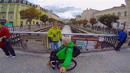 El aragonés junto a Eva, su pareja, en uno de sus viajes a República Checa.