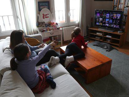 Una familia utiliza una plataforma de pago de televisión en Madrid, durante la cuarentena por el coronavirus.