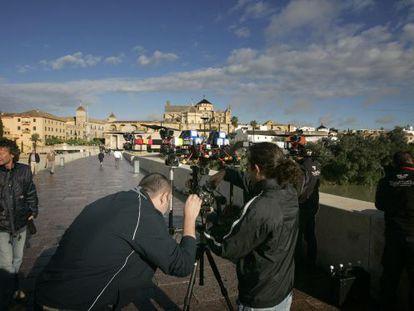 El equipo de rodaje de 'Juego de Tronos', en Córdoba, para grabar en el puente romano y el río Guadalquivir.