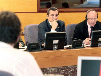 José Luis Bilbao, de frente, escucha a los grupos junteros.
