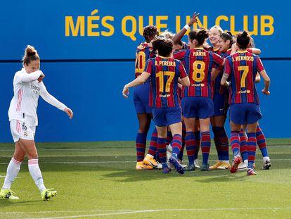 Las jugadoras del Barça festejan un tanto en clásico ante el Madrid.