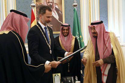 Felipe VI, con el rey Salman, a la izquierda,durante su visita a Riad, en enero de 2017.