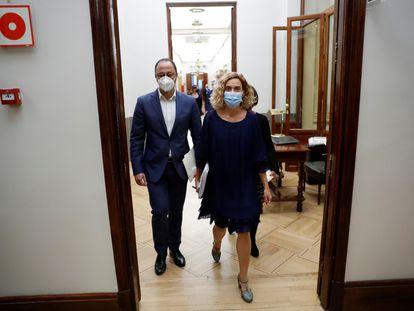 La presidenta del Congreso, la socialista Meritxell Batet, al llegar a la Mesa de la Cámara este martes con los dos representantes del PSOE en el órgano.