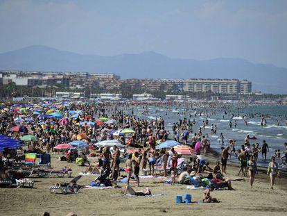 Turistas en la playa de la Malvarrosa