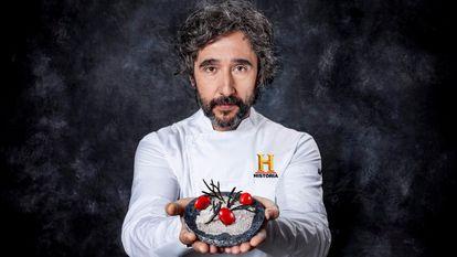 El chef Diego Guerrero con uno de los platos del programa 'La última cena' para Canal Historia: Tomate garum.