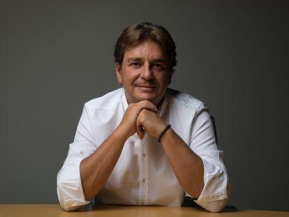 El alcalde de Fuenlabrada, Javier Ayala, posaba ayer sábado en el salón de plenos del Ayuntamiento.