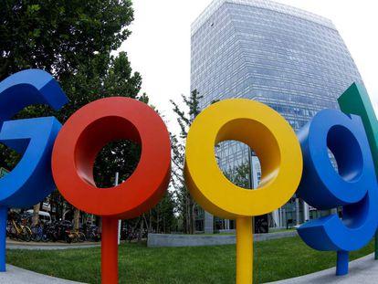 Logo de Google en la entrada de su sede en Pekín.