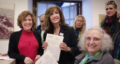 Alba Doblas con representantes del colectivo transexual, el día que se registró la ley en el Parlamento.