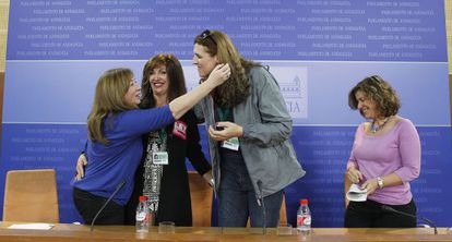 Dos transexuales (en el centro) celebran la ley con dos parlamentarias, en noviembre.