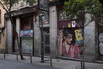 La calle Velarde, en Malasaña, es una de las más ruidosas de la ciudad. En un pequeño tramo de unos 100 metros se concentran cinco bares.