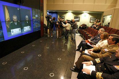 La ministra de Defensa, Carme Chacón, conversa por videoconferencia  con los jefes de la misión <i>Hispaniola</i> destinada en Haití.