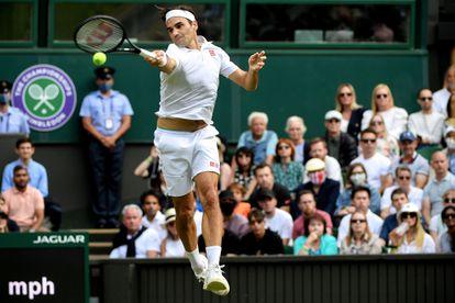Federer golpea en suspensión durante un partido de la última edición de Wimbledon, en julio.