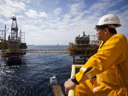 Un trabajador de Pemex observa una plataforma en el campo costa afuera Ku-Maloob-Zaap en México en 2019.