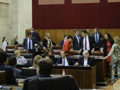 Los diputados del PP abandona sus escaños en protesta por el reparto de los tiempos de intervención.