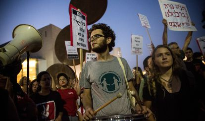 Manifestantes en contra de la ofensiva militar, en Tel Aviv, el 12 de julio