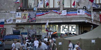 La sede del Gobierno regional de Donetsk, controlada por los separistas prorrusos, este martes.