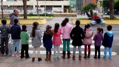 Manifestación de un grupo de niños sin escolarizar de Melilla ante la Delegación de Gobierno en marzo de 2018.