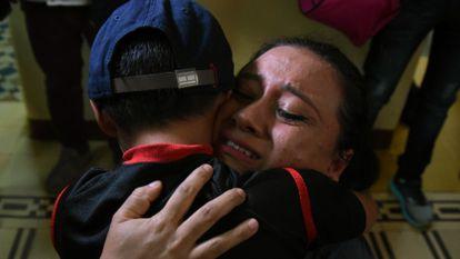 Lourdes abraza a su hijo, León, separados en la frontera de Estados Unidos, en una imagen del 7 de agosto del 2018.