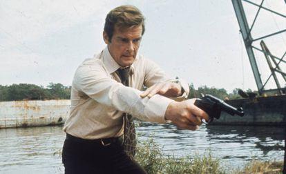 El actor Roger Moore, durante el rodaje de su primera película como James Bond, 'Vive y deja morir' (1973).