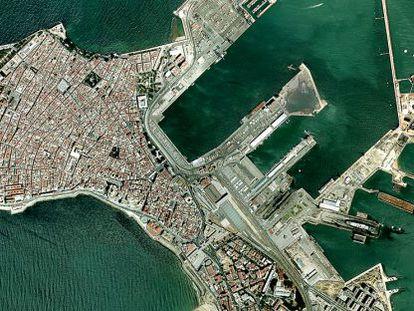Vista aérea de la ciudad de Cádiz y su puerto, en la parte inferior derecha.