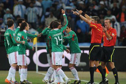 Los jugadores mexicanos discuten con los árbitros en el partido de octavos contra Argentina.