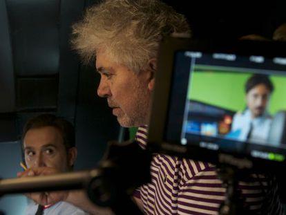 Pedro Almodóvar, durante el rodaje de su anterior filme, 'Los amantes pasajeros'.