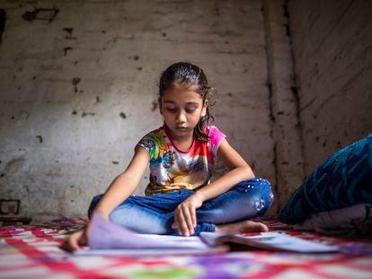 Una niña estudia en su casa en el estado de Assam, en la India.
