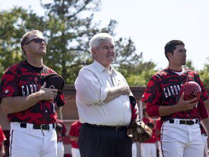 Newt Gingrich escucha el himno de EE UU antes del inicio de un partido de béisbol ayer, en Carolina del Norte.