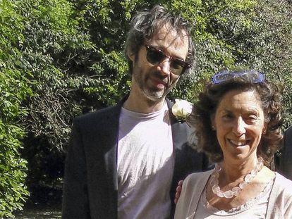 James Rhodes junto a su madre, Georgina.