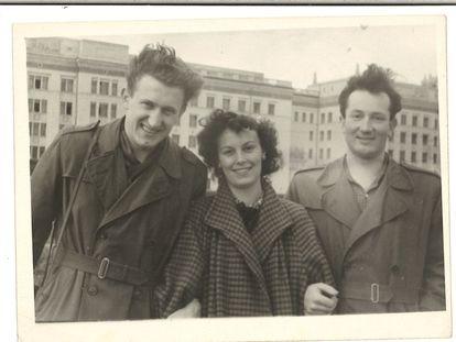 Carmen Castellote, en la residencia estudiantil con dos amigos checos.