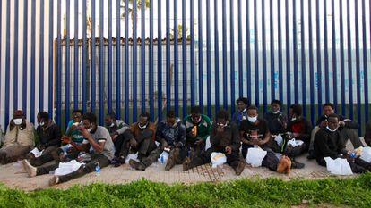 Un grupo de migrantes subsaharianos que saltaron la valla fronteriza, acogidos en el CETI de Melilla.