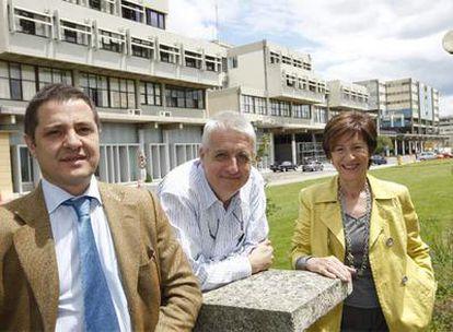 Felipe Serrano, Félix Goñi y Mari Carmen Gallastegui (de izquierda a derecha) posan en el campus de la UPV en Leioa antes de la celebración del debate.