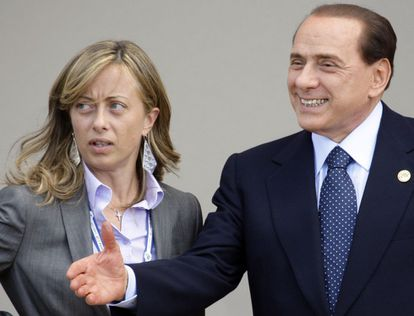 Berlusconi, en 2009 con la aspirante Meloni, ahora embarazada.