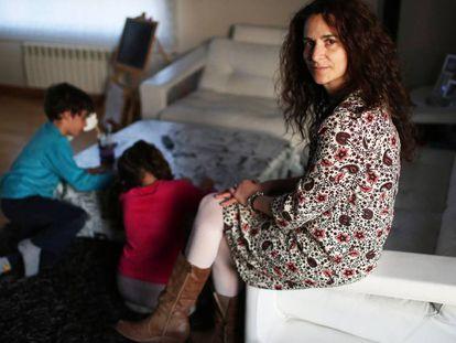 Mónica Sanz con sus mellizos, Pablo y Carla, que van a aulas separadas.