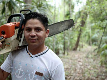 En la una de las concesiones forestales comunitarias de la Reserva de la Biosfera Maya, Alvin Mitdael Macz Pop, miembro de la comunidad, utiliza una motosierra para mantener los cortafuegos.