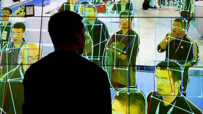Un hombre observa una demostración de software de análisis de movimiento humano en Pekín, China.