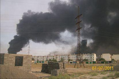 Imagen del humo provocado por la explosión de arsenales militares en la ciudad de Abadán.