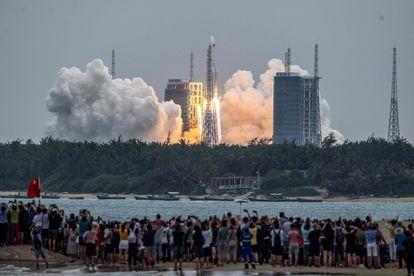 Centenares de personas observan cómo se levanta el 'Larga Marcha 5B', el pasado 29 de abril, llevando una de las partes de la futura estación espacial china.