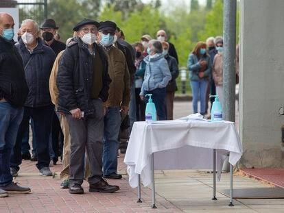 Un grupo de jubilados aguarda en la plaza de toros de Illunbe, en San Sebastián, para recibir la vacuna.