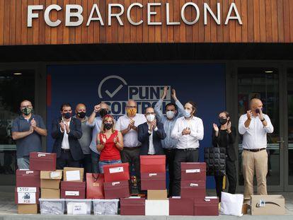 Jordi Farré (centro), precandidato, impulsor y responsable de la moción de censura contra el presidente del Barcelona, Josep Maria Bartomeu, y su junta directiva, acompañado de otros impulsores, llegan este jueves a las oficinas del club para presentar las firmas.