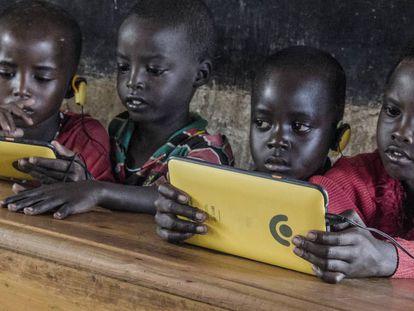 Los alumnos de una escuela de Kenia utilizan las tabletas Kio de  la empresa de innovación tecnológica BRCK