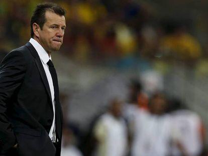 Dunga dirige un partido de Brasil, contra Uruguay en marzo pasado.