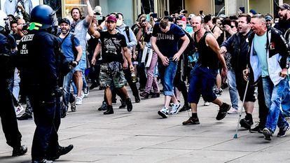 Manifestantes ultras, durante un enfrentamiento con la policía, el 9 de mayo en el centro de Berlín.
