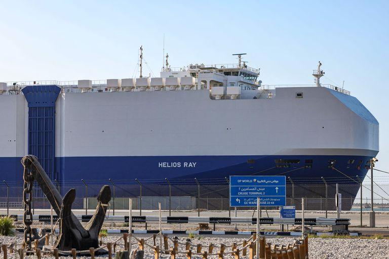 El mercante 'Helios Ray', de un naviero israelí, fondeado para su reparación, el domingo en Dubái.