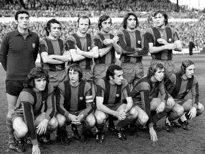 Los jugadores del Barcelona, en abril de 1975. Rexach es el segundo por la derecha entre los agachados.