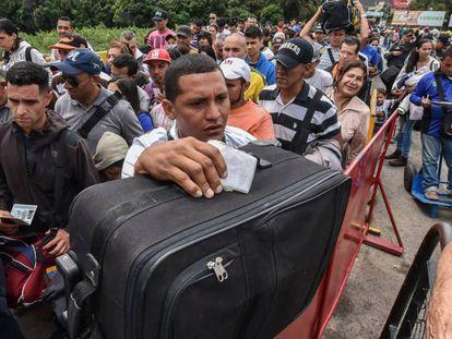 Cola de ciudadanos venezolanos que aguardan para entrar en Colombia en la frontera de Cúcuta.