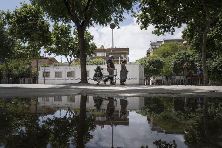 La plaza Camarón de la Isla, en el Barrio de San Roc de Badalona, con el barracón de la Guardia Urbana al fondo.