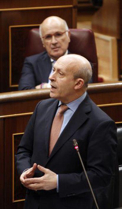 El ministro de Educación, José Ignacio Wert, durante su intervención en el Congreso. Detrás, el portavoz de CiU, Josep Antoni Duran Lleida.
