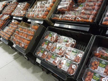 Tomates envasados en un mercado de Londres.